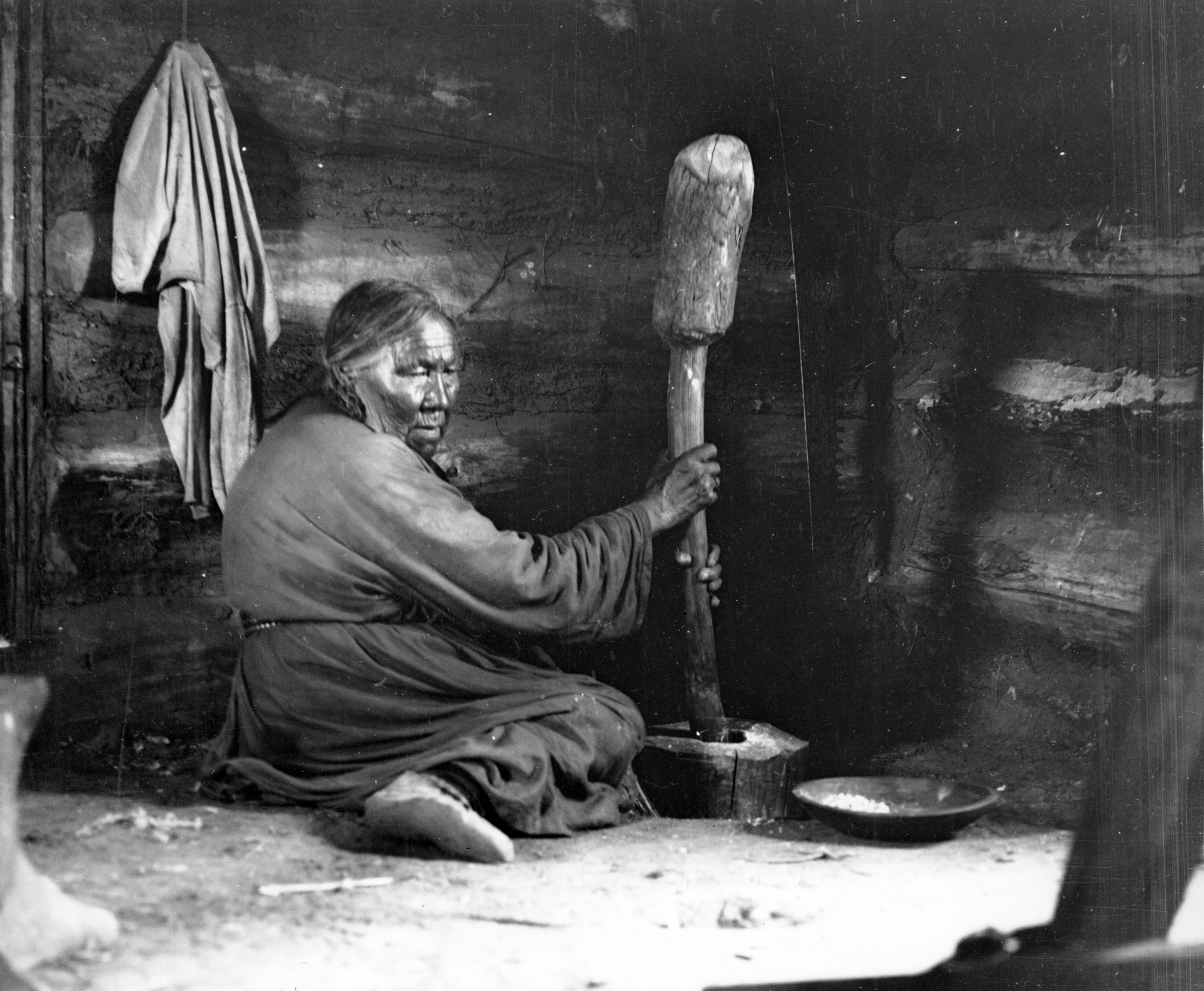 Indian woman with corn mortar 1916